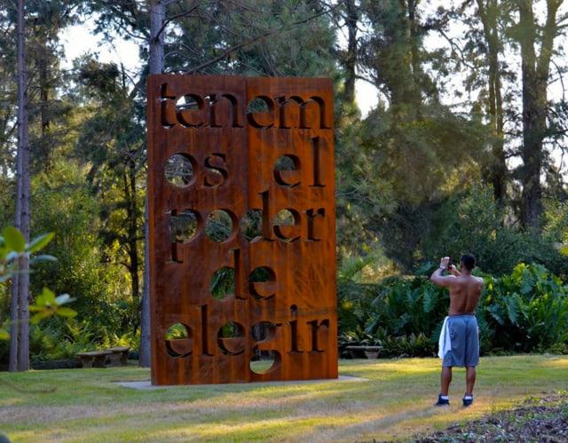 Tenemos el poder de elegir, 2017 (Nous avons le pouvoir de décider) Bronze perforé au jet d'eau Buenos Aires, Argentine 500 x 400 x 40 cm ©Marie Orensanz