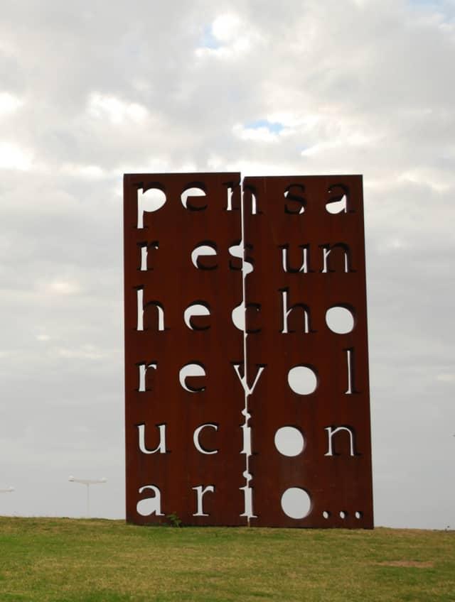 Pensar es un hecho revolucionario, 2009 (Penser est fait révolutionnaire) Bronze perforé au jet d'eau Buenos Aires, Argentine 600 x 400 x 40 cm ©Marie Orensanz