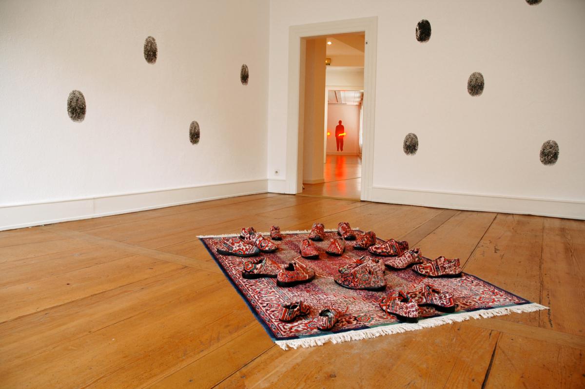 Caresser l'errance d'un pas oublié, 2005 Tapis, chaussures,200 x 135 cm ©Naji Kamouche