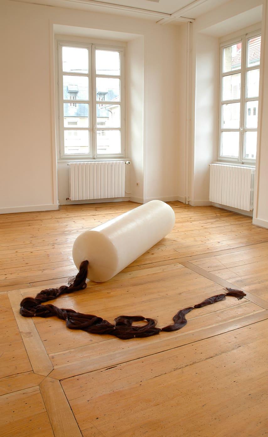 Et rame mes larmes sans armes, 2005 Bougie, mèche de cheveux, 170 x 60 cm ©Naji Kamouche