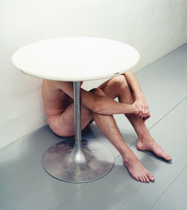 Untitled (Man under table), 2001 Photographie ©Susanna Hesselberg