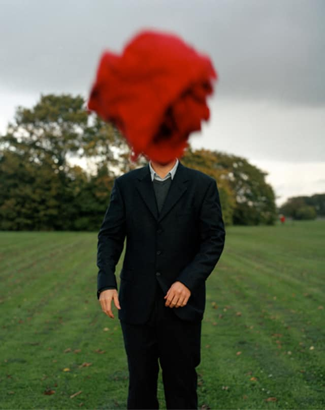 Untitled (Man with red), 1999 Photographie ©Susanna Hesselberg