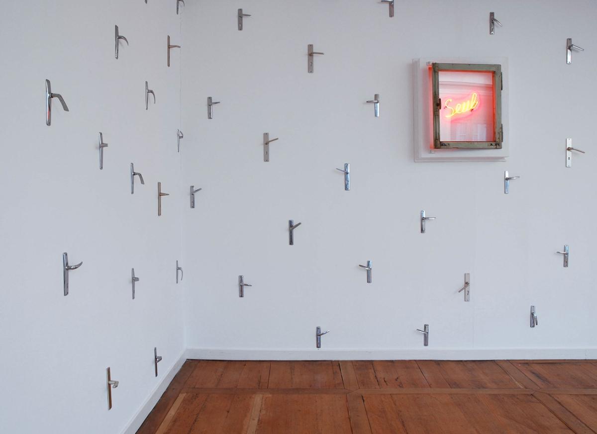 Seul, 2003 Fenêtre, néon clignotant, poignets métalliques Dimensions variables ©Naji Kamouche