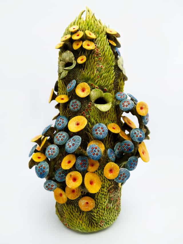 Forme végétale avec fleurs, 2018 Faïence, 52 x 26 cm ©Muriel Persil