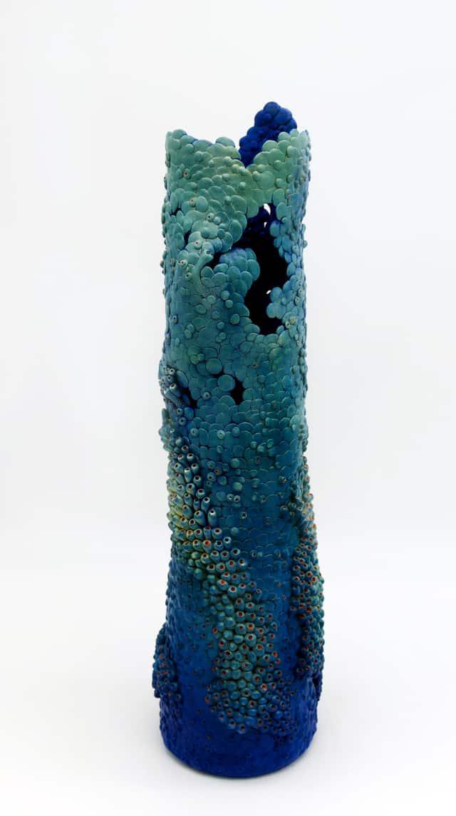 Le vase troué, 2018 Grès, 45 x 11 cm ©Muriel Persil