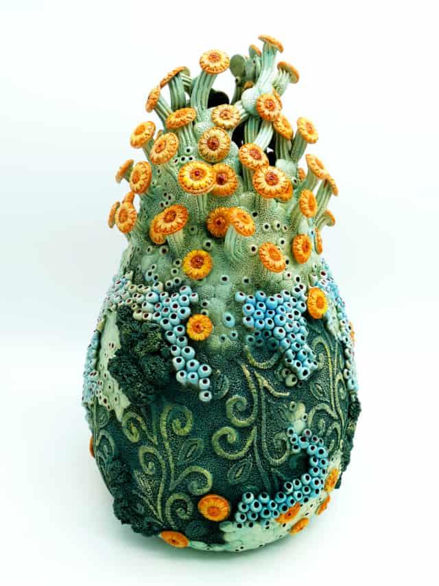 Les petites marguerites, 2020 Grès, 37 x 21 cm ©Muriel Persil