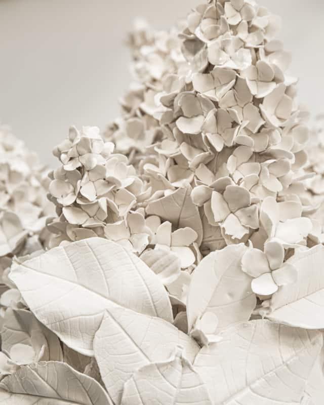 Hortensias d'été II, 2021 (détails) Porcelaine émaillée 45 x 58 cm, VB-2106 ©Virginie Boudsocq