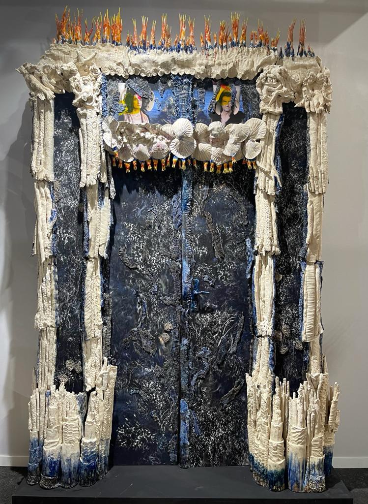 Grande Porte, 2021 Céramique, H 295 x L 200 x P 45 cm ©BACHELOT&CARON Art Paris Art Fair 2021, Grand Palais Éphémère, Paris 9 > 12 septembre 2021