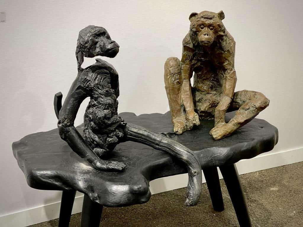 Singe bois noueux & singe assis Bronze, 25 x 53 x 56 cm ©Denis Polge Art Paris Art Fair 2021, Grand Palais Éphémère, Paris 9 > 12 septembre 2021