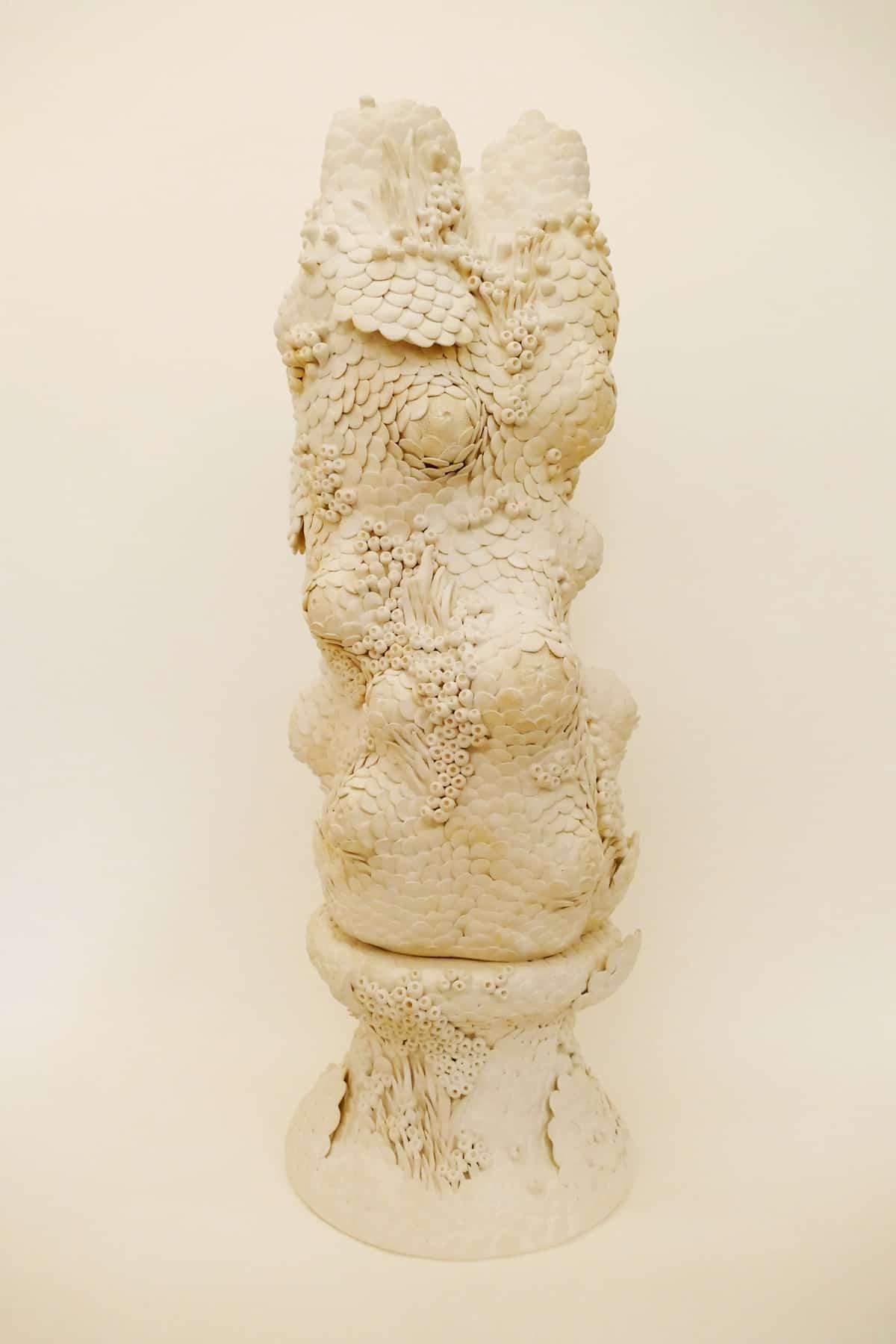 Les précieuse I, 2021 Grès, engobe blanc, couverte mat L 25 x H 63 cm, MP-2105 ©Muriel Persil